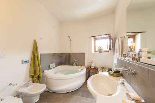 Villa Albizi - Ensuite bathroom with Jacuzzi bath