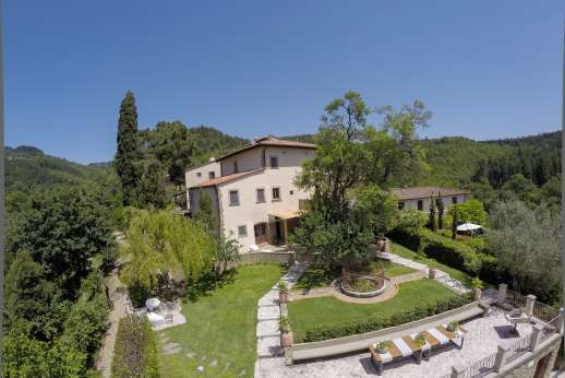 Villa Albizi - Set within a 1500 square meters private garden with lounge area, al fresco dining area and barbecue.
