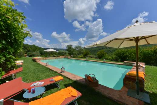 Podere Uccella - The pool over looking the Umbrian hill has plenty of seating