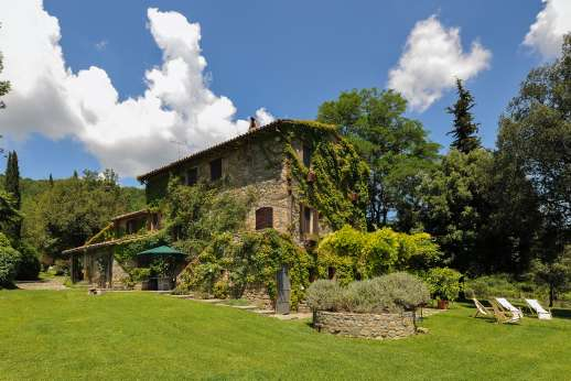 Podere Uccella - A lush grass lawn surrounding the property