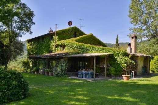 Podere Uccella - Access the large veranda from the villa that leads into the garden