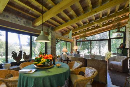 Podere Uccella - Relaxing and bright veranda with plenty of seating and table for meals