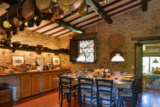 Podere Uccella - Beautiful old kitchen with wooden beamed ceiling