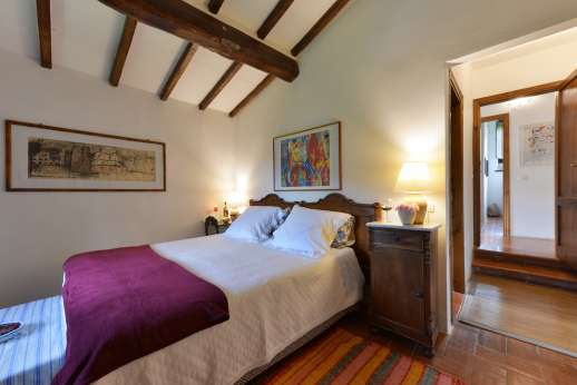 Podere Uccella - Air conditioned double bedroom with ensuite bathroom on the second floor