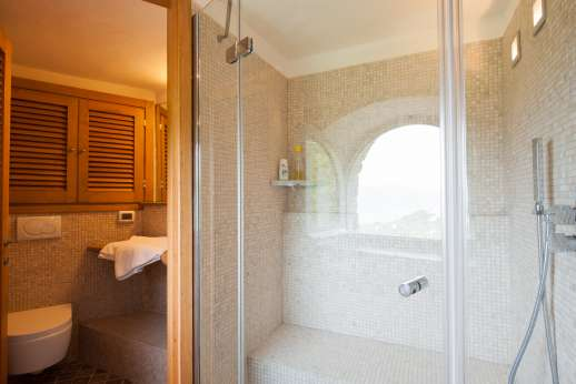 Bellaria - Bathroom and shower in spar complex under the pool