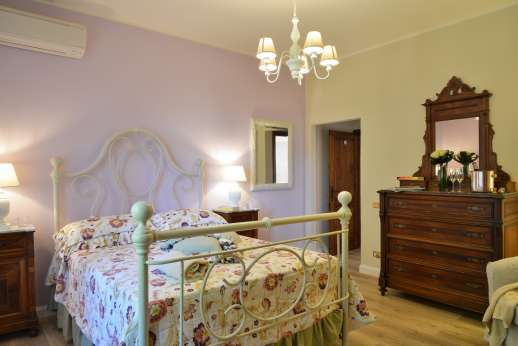 Villa Ostignano - Air conditioned double bedroom with ensuite bathroom with shower and Jacuzzi bath tub