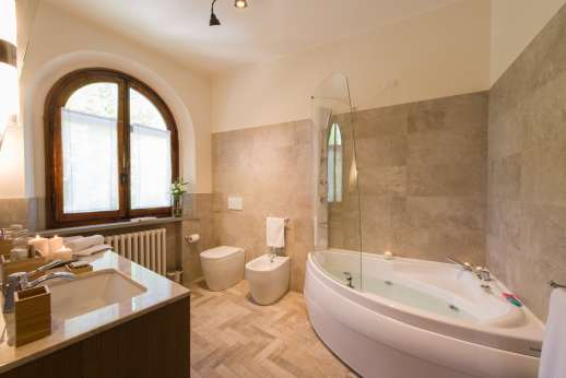 Villa Ostignano - Ensuite bathroom with shower and Jacuzzi bath tub