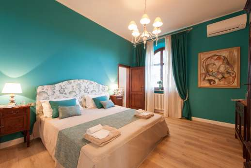 Villa Ostignano - Air conditioned double bedrooms [convertible to twins] with ensuite bathroom with shower