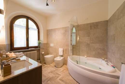 Weddings at Villa Ostignano - Ensuite bathroom with shower and Jacuzzi bath tub