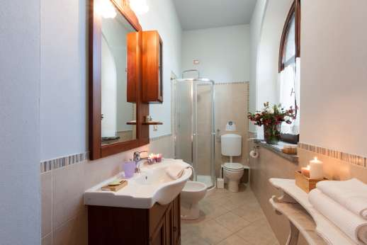 Weddings at Villa Ostignano - Ensuite bathroom with shower