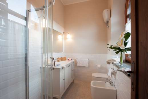 Weddings at Villa Ostignano - Shared ensuite bathroom with shower