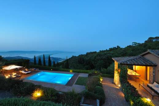 Ciclopica - The villa at night overlooking the coast