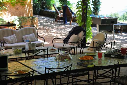 Ciclopica - Under the pergola at the back of the villa with dining area and plenty of seating