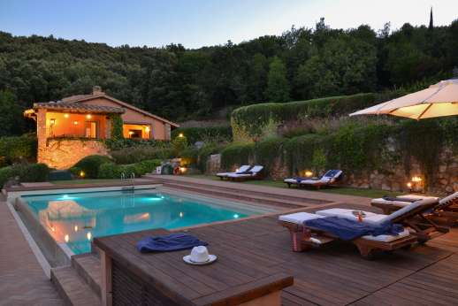 Ciclopica - The pool terrace and villa lit in the evening