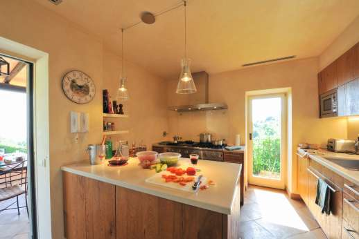 Ciclopica - Well equipped kitchen leading out to the dining loggia by the pool