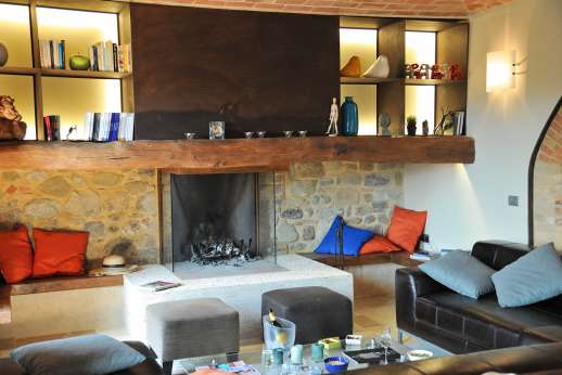 Poggiobuono - Sofas around the open fire