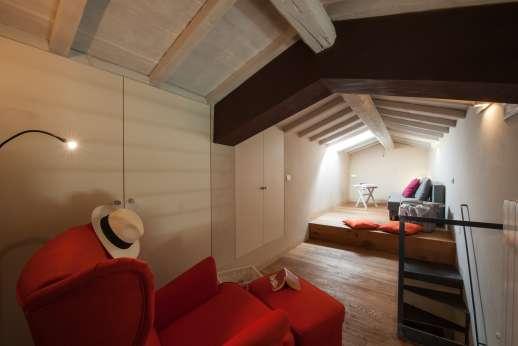 Poggiobuono - Small living room in the attic with sofa bed