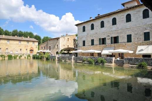 Poggiobuono - The village of Bagno Vignoni there is a bar and a restaurant