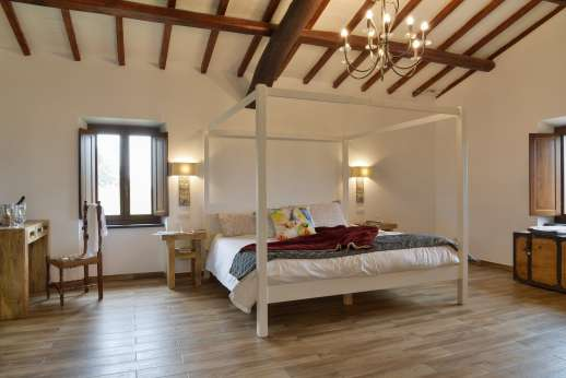 Segreto Gelsomino - First floor air conditioned master bedroom with four poster Emperor-size bed overlooking the pool and with great view of lake Corbara