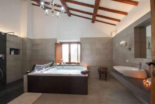 Segreto Gelsomino - En suite bathroom with huge ho ttub and shower and two basins