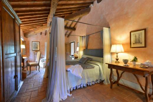 Poggio Ai Grilli - Air conditioned double bedroom with four poster double bed and en suite bathroom with jet stream bath