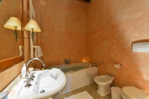 Poggio Ai Grilli - En suite bathroom with bath