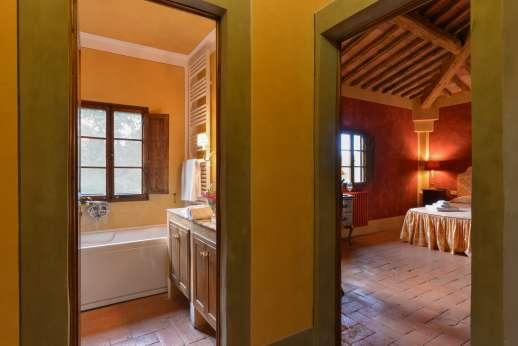 Poggio Ai Grilli - Master bedroom and ensuite