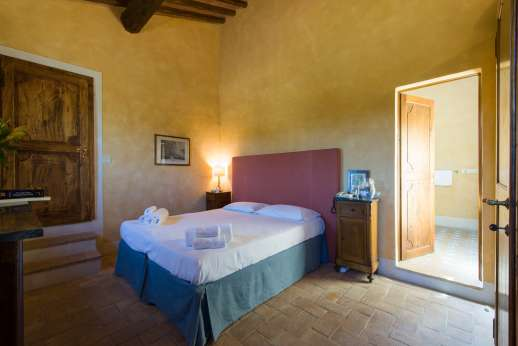 Poggio Ai Grilli - Air conditioned double bedroom [convertible to double] with en suite bathroom with shower