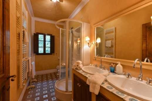 Poggio Ai Grilli - En suite bathroom with shower