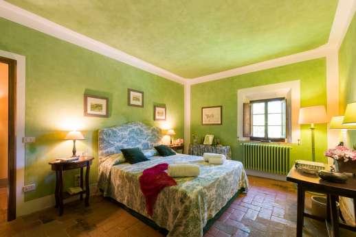 Poggio Ai Grilli -  Air conditioned double bedroom with en suite bathroom with bath.