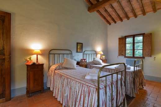 Poggio Ai Grilli - Air conditioned twin bedroom en suite bathroom with shower
