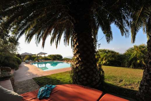Passo Reo - Palm trees proving shade over the outdoor 'bed' by the pool