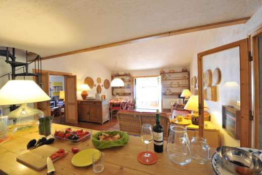 Passo Reo - Large well equipped kitchen with a round table for 8 persons