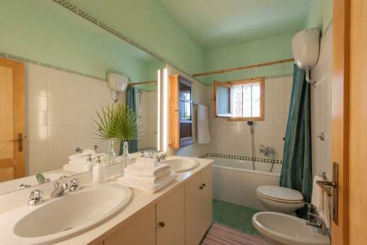 Passo Reo - Main house bathroom with bath and rose shower
