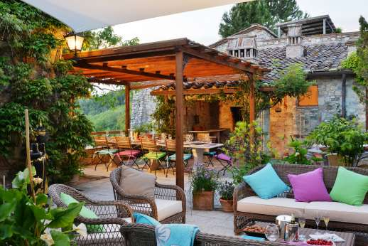 Torre di Hesperides - Torre di Hesperides, just minutes away from Castellina-in-Chianti, lounging area in the courtyard.
