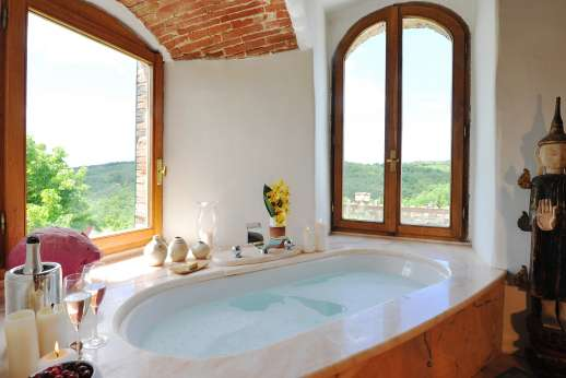 Torre di Hesperides - Another view of the en suite bathroom.