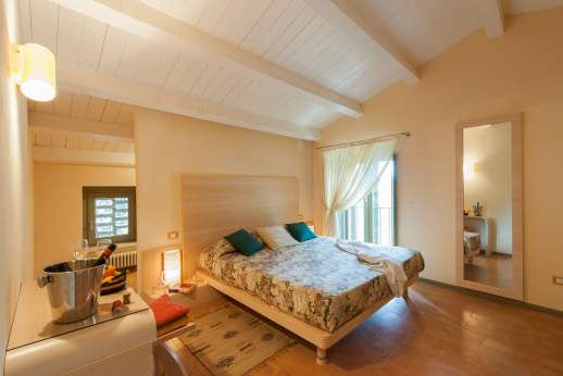 Poggio di Artemis - Air conditioned double bedroom with ensuite bathroom