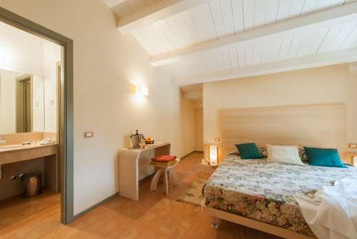 Poggio di Artemis - bedroom with ensuite bathroom