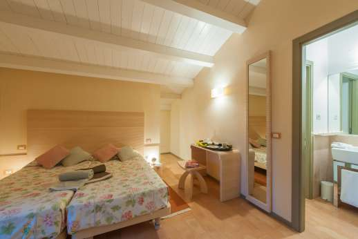 Poggio di Artemis - Air conditioned double bedroom with ensuite bathroom (convertible to twin)