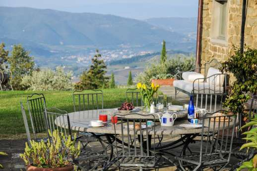 Argenta Celeste - Pergola with stone dining table ideal for meals al fresco overlooking the spectacular valley