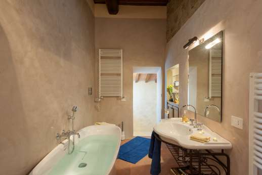 Argenta Celeste - En-suit bathroom of the master bedroom complete with bath tub and separate shower