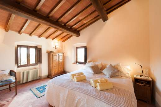 Argenta Celeste - Double bedroom with en-suit bathroom, large wardrobe and an external door with access to the garden