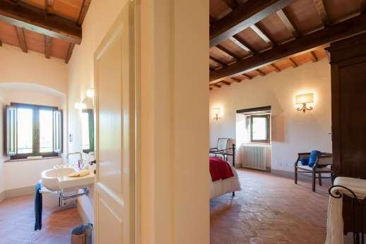 Argenta Celeste - Guesthouse double bedroom leading through to private shower room