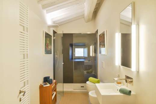 Il Molinaccio - Huge shower in the en-suit bathroom of double bedroom on the right