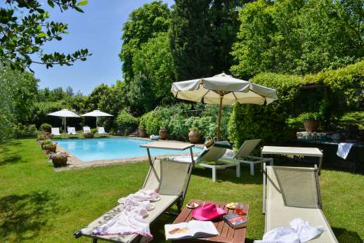 Montesassi - Relax in the sun or shade by the pool