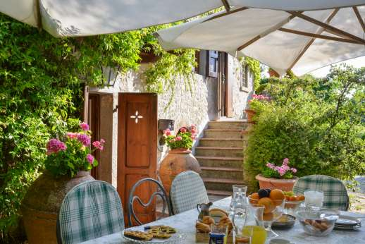 Montesassi - Shaded breakfast area.