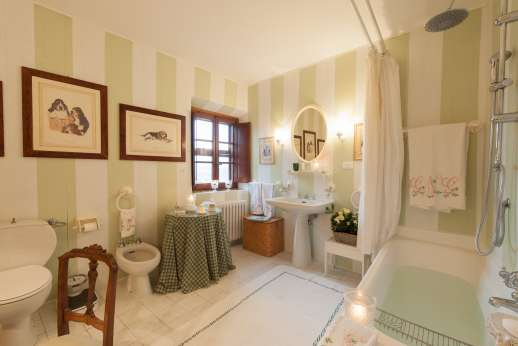Montesassi - First floor air conditioned double bedroom, with en suite bathroom.