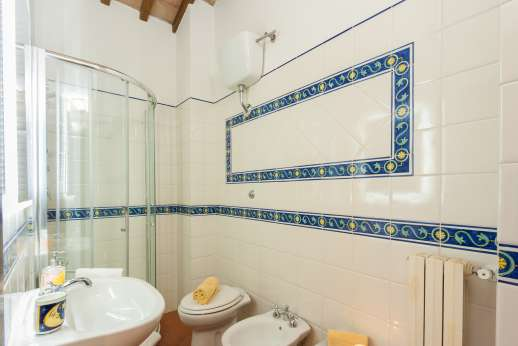 San Leolino - First floor, bathroom with shower.