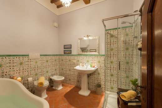 San Leolino - Ground floor extra bathroom, with bath and shower