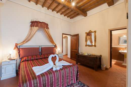 San Leolino - Ground floor double bedroom with en suite bathroom and access to the garden.